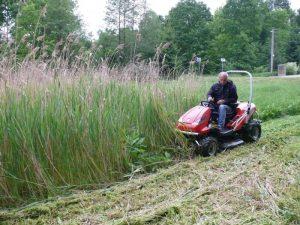 รถตัดหญ้านั่งขับในสวน